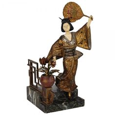 G. OMERTH Dama com Leque. Escultura em bronze dourado. Assinada. França. Séc. XIX. 25 cm.