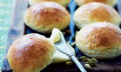 Teboller - bagerens brødklassiker. Teboller skal være så lette og bløde som muligt, og det kræver en blød dej.