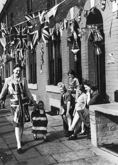 Woman and child dresed in Union Jacks, VE Day, Manchester, 8 May Victory In Europe Day, Flags Of Our Fathers, Memorial Day Flag, Ww2 History, Military Dogs, War Photography, Working Class, Black N White, Union Jack