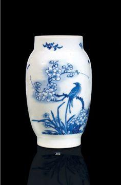 Petit vase en porcelaine bleu blanc. Chine, époque Transition, XVIIème siècle