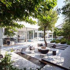 Pitsou Kedem Architects Design a Contemporary Home in Israel J House is a private home located in Herzliya Pituah, Hertsliya, Israel. Completed in it was designed by Pitsou Kedem Architects. Indoor Outdoor Living, Outdoor Rooms, Outdoor Gardens, Outdoor Decor, Modern Landscaping, Outdoor Landscaping, Terrace Garden Design, Pitsou Kedem, Patio Interior