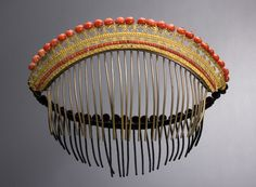 A coral comb tiara decoreted with 26 red coral boulles on a copper and gilt metal mounting - Sici