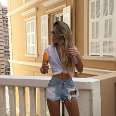 Shorts Denim & T-Shirts White Summer Outfits, Cute Outfits, Short Outfits, Hipster Girls, Crop Top Bikini, Tumblr Girls, Outfit Goals, Summer Looks, Get Dressed