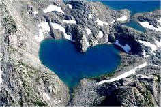 Ce lac de montagne est générée par l'accumulation naturelle de l'eau de glacier qui coule à travers les cours d'eau saisonniers. Le lac est situé dans la vallée de Hunza 40 km du village de Shimshal au Pakistan (frontière avec la Chine). Sa forme, comme on le voit sur la photo, ressemble à un coeur.