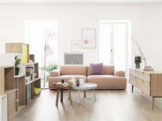Nowoczesny salon z romantyczną różową sofą