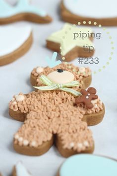 Teddy Bear Cookie Tutorial @Carmen Ordoñez mira que lindo! hasta tiene su mini gingerbread cookie!!