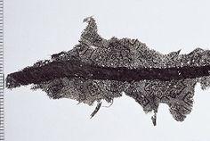 Viking age silk textile - head dress- Björkö Sweden  Materialtextil Nyckelord Huvudbonad textile BeskrivningHasplat råsilke tuskaftsväv med varpflottering, så kallad Han damast, geometriskt mönster omväxlande små kvadrater och trappformade avgränsande fyrkanter, ena trådsystemet blåfärgat, samt sidentyget målad eller tryckt med guld, från Kina tidig Tang dynasti (ca. 618-700 AD). Fastsydd över söm posamentfläta av spiralsilvertråd.