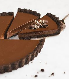 Usher in your week with this No Bake Chocolate Tart! Oreo crust and chocolate ganache filling!