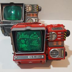This is a repaint/rebuild that I did, using the Wand Company Pip Boy kit. Fallout Props, Fallout Art, Pip Boy 2000, The Wand Company, Fallout Concept Art, Geek Decor, Fall Out 4, Futurama, Jets