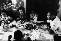 20 - Family Dinner in the King House: Martin Luther King eating dinner alongside his wife, Coretta, and daughters Yolanda and Bernice. The Kings also had two sons, Dexter and Martin Luther King III. Coretta Scott King, Civil Rights Leaders, King Jr, Photo Essay, African American History, Rare Photos, Martin Luther King Day, Black History, Have Time