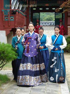 44639525_BPDIYPIGU - L-Lady Jang Hee-Bin-L Korean Traditional Dress, Traditional Fashion, Traditional Dresses, Korean Dress, Korean Outfits, Yi King, Dong Yi, Modern Hanbok, Culture Clothing