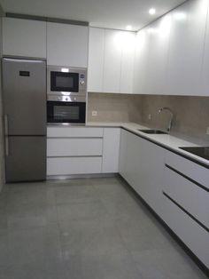 Cocina blanca y gris