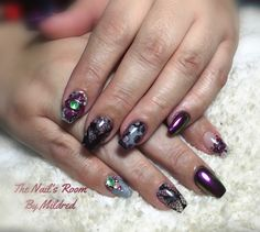 @aoranails chrome, encapsulated lace, crystals & a bunch of other stuff 😝 #thenailsroom #naileditdaily #chrome #uñas #uñasacrilicas #uñasdecoradas #nails #acrylicnails #lace #crystals #glitter #pretty #coffinnails #blacknails #mulberrynails #greynails #nailpro #nailpromote #nailprodigy #nailsmagazine #naildit💅