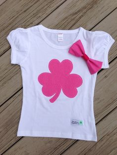 Patrick's Day Shamrock Shirt And Matching Fabric Hair Bow on Etsy Cute Shirts, Kids Shirts, Fabric Paint Shirt, Lace Up T Shirt, Baby Frocks Designs, Embroidery On Clothes, Baby Sewing, Kids Wear, Kids Fashion
