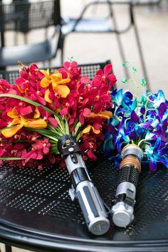 Incrível! Linda e criativa ideia para casamento. #wedding #creative #starwars #lightsaber #themewedding #nerd