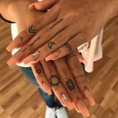 hand tattoo ideas from women celebrities that love ink 19 ~ thereds.me Über 120 Hand-Tattoo-Ideen von Prominenten, die Tinte lieben 19 ~ thereds. Girl Finger Tattoos, Finger Tattoo For Women, Small Finger Tattoos, Finger Tattoo Designs, Hand Tattoos For Women, Henna Tattoo Designs, Diy Tattoo, Hand Tattoo Small, Tattoo Ideas