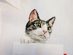 To co początkowo było tylko dość ekscentrycznym pomysłem na uwiecznienie słynnych Internetowych kotów, okazało się sukcesem dużym na tyle, że jego autorka postanowiła przekształcić go w pełną linię odzieżową. Co ją wyróżnia? Zobacz tu: http://exumag.com/haftowane-zwierzaki/