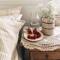 Breakfast In Bed, Slow Living, Guest Bedrooms, Little Houses, New Room, Dream Bedroom, Vintage Decor, Bedroom Decor, Bedroom Ideas