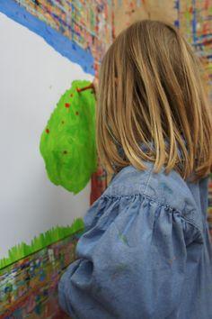 Peinture d'enfant. L'enfant remplit souvent son arbre de petits points rouges, suivant son impulsion.