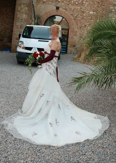 Robe de mariée ivoire et bordeaux de chez Point Mariage à Elne