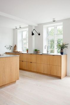 """For a small kitchen """"spacious"""" it is above all a kitchen layout I or U kitchen layout according to the configuration of the space. Modern Kitchen Design, Interior Design Kitchen, Home Interior, Bathroom Interior, Kitchen Layout, Kitchen Decor, Kitchen Ideas, Kitchen Wood, Kitchen Hacks"""