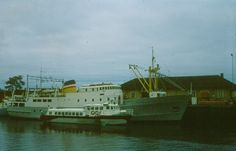 «M/S Fru Inger» sammen med hydrofoilen «Fosenfoil» (tidligere «Nisen»).