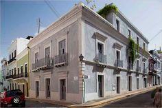 Casa del SXIX remodelada, Puerto Rico  Una de las particularidades de esta construcción restaurada fue la transformación del techo: en él, el cemento fue reemplazado por pasto, generando un espacio donde poder descansar, relajarse en el verde y tener una huerta.   #Arquitectura #Sustentable