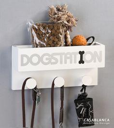"""""""Dogstation"""" - Fiffi´s Lieblingsplatz ...  denn dort gibt es die Leckerlies und die Leine zum Spazierengehen. Die """"Dogstation"""" ist ein Exklusivdesign aus dem Hause """"Casablanca"""" und bietet mit 3 Haken und der Aufbewahrungsbox viel Platz für alles, was der Hund so braucht. Ein originelles Geschenk für jeden Hundefreund."""