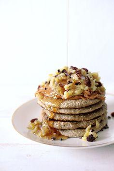 Einfache Pfannkuchen aus 1 Banane, 1 Cup Haferflocken und 1/2 Cup Pflanzenmilch und Zimt #vegan #easy #pancakes #HCLF