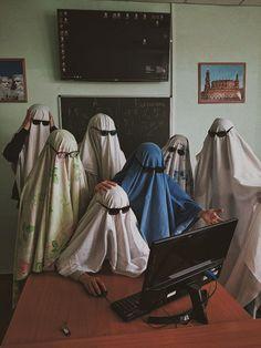 Cute Friend Pictures, Friend Photos, Ghost Photography, Photography Poses, Ghost Pictures, Funny Pictures, Arte Tim Burton, Best Friends Aesthetic, Halloween Kostüm