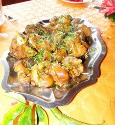 Recette Cari de pieds de porc : Coupez les pieds de porc en deux. Dans un grand volume d'eau, faites cuire les pieds jusqu'à ce qu'ils soient tendres. Retirez du feu, réservez. Hachez finement les tomates et les oignons. Pilez ensemble l'ail, le gingembre pelé et haché, le gros sel et le poivr...