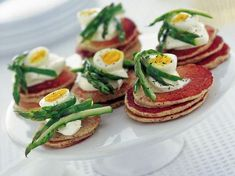 blinis-con-asparagi-e-uova-di-quaglia Easter Recipes, Easter Food, Antipasto, Caprese Salad, Finger Foods, Broccoli, Cooking, Buffet, Vegetarian