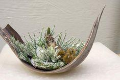 Winter Floral Arrangements, Ikebana Flower Arrangement, Beautiful Flower Arrangements, Beautiful Flowers, Palm Tree Crafts, Leaf Crafts, Palm Frond Art, Palm Fronds, Diy Diwali Decorations