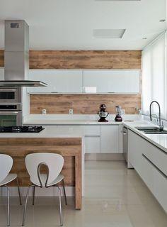 Cocina que combina muebles blancos y de madera natural, con una preciosa campana…
