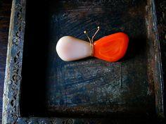 ■ひらひらと いろんなとこに とまります■ ガラスのちょうちょのブローチです。色はやわらかなサーモンピンクと鮮やかなオレンジです。 ラフスケッチを元にガラスの...|ハンドメイド、手作り、手仕事品の通販・販売・購入ならCreema。