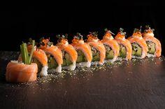 Norwegian Roll - Peaked with fresh salmon and with. Sushi Co, Sushi Menu, Sushi Burger, My Sushi, Sushi Party, Sushi Time, Japanese Food Sushi, Japanese Dishes, Sushi Maker
