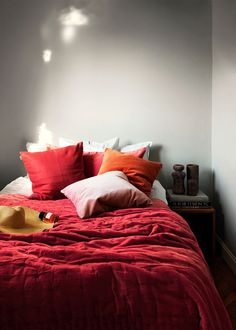 Bedspread in bright ochre red. Create a luxurious feeling in the bedroom with Paolo bedspread. Paolo bedspread is just as beautiful as practical. Size:270X260cm. Country of origin: India.