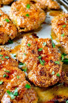 Ces doigts de poulet assaisonnés sont tout simplement incroyables. Servie avec une sauce sucré et un peu collante ! Oublier les ustensiles !  Ingrédients 2 1/4 tasse de farine ( farine d'amande si possible ) 1/2 c. à thé de sel de mer 1/4 de c.