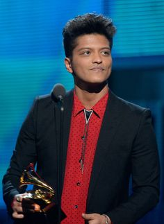 Bruno Mars at the Grammy Awards! YAAAAS! THIS KID IS WAY TOO PERFECT FOR THE WORLD! Mmmhmm... LOVE MY BRUNO BABY SO SO SO MUCH! ❤️❤️❤️❤️❤️❤️❤️❤️