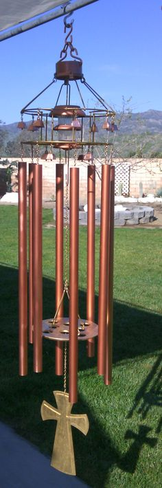 Bill Moyer used eight, one-inch copper pipes with a pentatonic scale tuning for these beautiful wind chimes. Excellent article by Lee Hite gives in-depth info on every facet of the art and process of making wind chimes. - Marble Crafting Inc. Carillons Diy, Easy Diy, Tubular Bells, Make Wind Chimes, Pentatonic Scale, Wind Sculptures, Copper Pipes, Wind Spinners, Metal Projects
