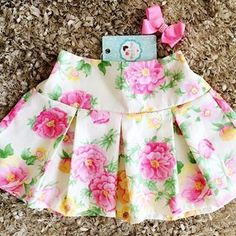 Lindeza do dia!   Disponível na loja  #MãosDeFada #MiniFashionistas #EstiloÚnico ⭐️ ⭐️ #toddlerdresses Toddler Skirt, Baby Skirt, Baby Dress, Little Girl Skirts, Little Girl Dresses, Baby Frocks Designs, Baby Girl Dress Patterns, Barbie, Kids Frocks