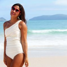 Love this swimsuit! Gathering at the midriff and abdomen like this is so figure flattering. I want it!
