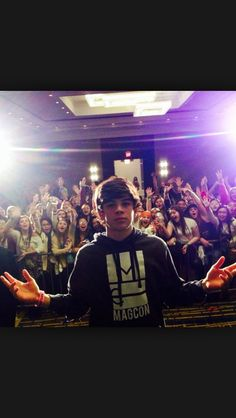 imagine: hayes posted a new vine h: the fans have a message fans: *all together* SHOUTOUT TO Y/N!! WE LOVE YOU!!!