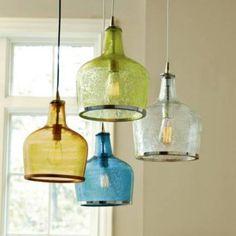 Luminárias pendentes, por reutilização de garrafões de vidro..