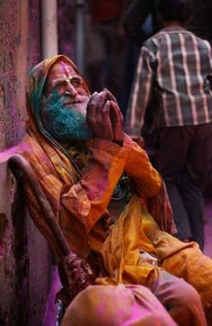 India - An elderly man seek alms from devotees outside the Ladali or Radha temple before the procession for the Lathmar Holi festival. Holi Festival India, Holi Festival Of Colours, Holi Colors, Festivals Of India, Vibrant Colors, Holi Photo, Palm Beach Post, Festival Photography, Elderly Man