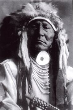 american indians pictures - Bing Images photo of Bear Cut Ear, a Crow Warrior. It was made in 1908 by Edward S. The illustration documents a portrait the Crow Indian wearing a Feather Headdress. American Crow, Native American Photos, Native American History, Native American Indians, American Pride, Sioux, Cherokee, Crow Indians, Plains Indians