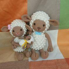 Amigurumi de crochê, família de ovelhas, personalize como preferir! Para escolher outro personagem nos envie uma mensagem. Todos podem ser feitos em 3 tamanhos diferentes! Tamanho aproximado pequeno: 16cm, média 35cm e grande 44cm de altura em pé. Cores a escolha do cliente, verificar no mostru... Crochet Sheep, Crochet Patterns Amigurumi, Cute Crochet, Amigurumi Doll, Crochet Animals, Crochet Crafts, Crochet Toys, Knit Crochet, Cute Lamb