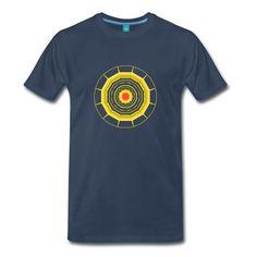"""Männer-Shirt mit Mandala mit Sonne in der Mitte und """"Strahlen"""" außenherum."""