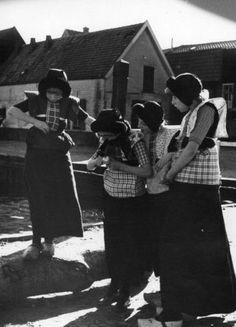 Enkele meisjes in klederdracht in de haven van Spakenburg  #Utrecht #Spakenburg