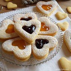 biscotto cuore di marmellata Breakfast Biscuits, Breakfast Cookies, Biscotti Cookies, Yummy Cookies, Baking Recipes, Cookie Recipes, Dessert Recipes, Christmas Desserts, Christmas Baking